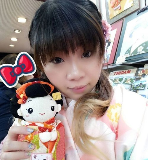 I almost bought this uber #kawaii #japanesedoll , if only it comes in baby pink kimono 😢😢😢. Btw,  i was carrying this doll around the store like a baby and the obasan laughed at me happily... #kyoto #selfie #travel #trip #wanderlust #jalanjalan #lifestyle #clozetteid #clozettedaily #blogger #indonesianblogger #surabayablogger #travelblogger #indonesiantravelblogger #surabayatravelblogger #bloggerceria #bloggerceriaid  #japantrip #japantrip2017 #winter #wintertrip #exploringjapan #wanderer  #pinkinjapan  #funtime #pinkinkyoto  #kiyomizudera #girl