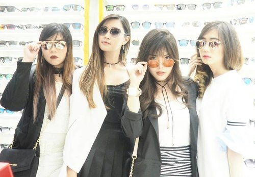 SQUAD 😄  At @sunglassplanet Grand Opening  #sunglassplanetxlevis #thebetterone #putyourmakeupon #sunglassplanetpakuwon #grandopening #sunglassplanet #event #openingevent #blogger #personalstyle #ootd #monochromatic #monochromaticoutfit #fashion #ootdid #girl #asian #sunglassboutique #clozetteid #clozettedaily #personalstyleblogger #fashionblogger #sbybeautyblogger #eventsurabaya #surabayablogger #indonesianblogger #surabayablogger #influencer #fashioninfluencer #influencersurabaya