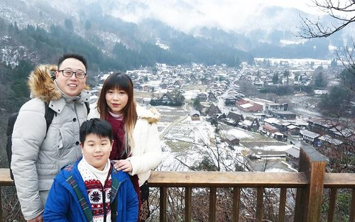 Just the 3 of us 😊  Ohhh i need another trip ASAP!!! Our adventure here is up at http://bit.ly/jap2017p3 (or click the link on my bio to be directed to my blog). #shirakawago  #majorthrowback #japan #pinkinjapan #japan2017  #trip #travel #japantrip  #jalanjalan #wanderlust #blogger #clozetteid #beautynesiamember #bloggerceria #influencer #travelblogger #indonesianblogger #indonesiantravelblogger #surabayablogger #surabayatravelblogger #funtime #exploringjapan #ilovejapan #instatravel #wintertrip #pinkinshirakawago #shirakawagovillage #travelislife #wanderingtheworld #mylittlefamily