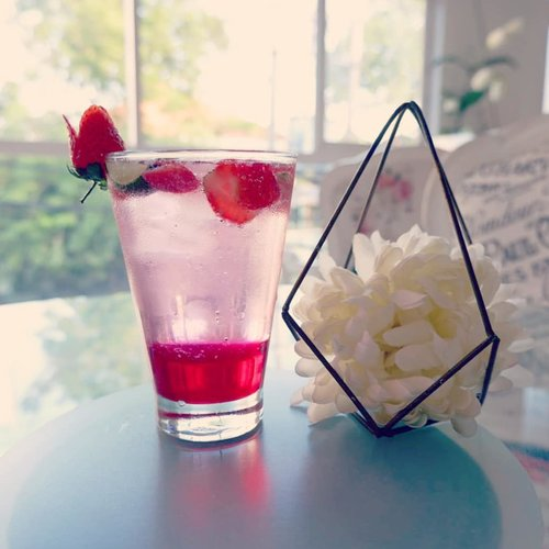 Another super humid and meltingly hot day in Surabaya, iced cold drinks are my best friend.. #drink #instadrink #prettydrinks #drinkstagram #strawberrysoda #clozetteid #sbybeautyblogger #bloggerindonesia #bloggerceria #bloggerperempuan #beautynesiamember #lifestyleblogger #lifestyle #lifestyleinfluencer #influencer #influencersurabaya #surabayainfluencer #hangout  #surabayablogger #bloggersurabaya #indonesianlifestyleblogger #indonesianblogger #surabayalifestyleblogger #surabayalifestyleinfluencer #strawberry  #strawberrydrink #icecold #kawaii #kawaiiaesthetic #cafesurabaya