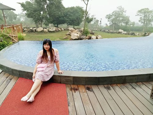 Just chillen' 😄, can't wait for the real vacay!  #pool #poolside #baobab #baobabsafariresort #safariresort #resort #prigen #indonesia #miniescape #minivacation #lifestyle #travel #blogger #travelblogger #clozetteid #clozettedaily #bblogger #indonesianblogger #indonesiantravelblogger #surabayablogger #lifestyleblogger #influencer #wanderlust #girl #asian #sbybeautyblogger #fashionblogger #personalstyleblogger #indonesianlifestyleblogger #sunnies