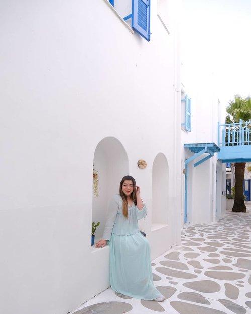 Before the real Santorini, i am happy being at Santorini Park 😆. #pinkinthailand #pinkinhuahin#clozetteid #sbybeautyblogger #beautynesiamember #bloggerceria #influencer #jalanjalan #wanderlust #blogger #indonesianblogger #surabayablogger #travelblogger  #indonesianbeautyblogger #indonesiantravelblogger #girl #surabayainfluencer #travel #trip #pinkjalanjalan #lifestyle #bloggerperempuan  #asian  #ootd  #santoriniparkchaam #santorinipark #santoriniparkstay #thailand #huahin #bunniesjalanjalan
