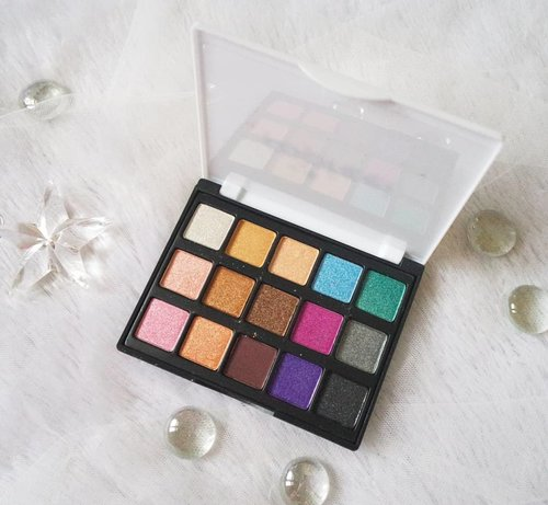 Bought this because so many people were saying that it's bad 🤣, am i weird or what - but i just want to check this brand out because i am challenged to see if i can come up with decent eye makeup with super cheap eyeshadow palette as i totally believe your skill is more important than your tools.  This tiny little eyeshadow palette (it's literally called Popfeel Mini 15 Colors Eyeshadow, i was just not paying attention 🤣. I know people says it's small but i was still surprised at how smol it is when it arrived) totally exceeded my expectation though! All shades are shimmery but one so if you are looking for more matte eyeshadows, this is not for you.  Packaging wise, it reflects its super low price point, made of light plastic material makes it look and feels like children's makeup but the eyeshadow's formula's not kids makeup quality. It's not chalky (fallout is surprisingly pretty minimal), pigmented, easy to blend and has shades that you can wear on a daily basis, more formal outings and even more colorful, experimental looks. It's weirdly a lot more pigmented on the lids using brushes than if you swatch it with your fingers (that's why the arm swatches' not so pigmented), it has a weird creaminess that makes it feels a bit wet if you use your fingers, it also makes the eyeshadow clump and chunks so always use brushes.  Although i am not endorsing or recommending it as it is not BPOM certified yet (and i'm cautious with cheap Chinese brands), you can see details of the manufacturer, ingredient list etc clearly stated in the outer box, i personally think this type of brands are still 10x better than replica or fake makeup.  Will share more next!  #reviewwithMindy #BeauteFemmeCommunity #popfeel #popfeeleyeshadow  #eyeshadowpalette #popfeelreview #colorfuleyeshadow #chinesemakeup #eyeshadow #cheapeyeshadowpalette #eyeshadowpalettereview #clozetteid #sbybeautyblogger #beautynesiamember #bloggerceria #beautysocietyid #bloggerperempuan #bbloggerid #indonesianfemalebloggers #review #ilovemakeup #colorfullife #shimmer #influencer #beautyinfluencer #SURABAYABEAUTYBLOGGER  #itsbeautycommunity #makeup #makeupaddict #makeupjunkie