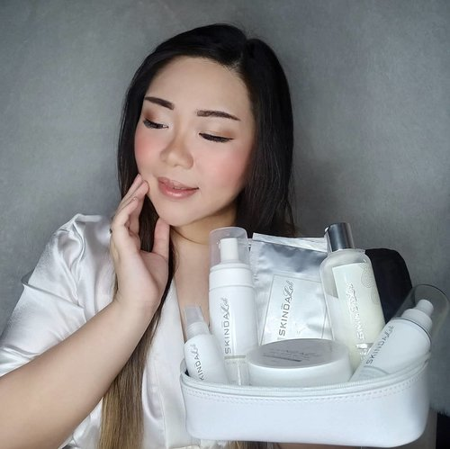 One Brand Review of @skindalab_beautiqueBy @skindaclinic.aesthetic is up on the blog!Go to https://bit.ly/skindalabreview (direct link ada di bio) untuk kupas tuntas tentang produk-produknya Skinda Lab mulai dari skincare sampe ke bodycare!Jangan lupa masih ada diskon 25% juga di Shopee mereka lho sampe tanggal 24 Mei 😉. #reviewwithMindy#clozetteid #sbybeautyblogger#bloggerindonesia #bloggerceria #beautynesiamember #influencer #beautyinfluencer #surabayablogger #SurabayaBeautyBlogger #bbloggerid #beautybloggerid #bloggerperempuan #beautysocietyid #indonesianfemalebloggers #indobeautysquad #itsbeautycommunity#skinda #skindalab #sheetmask #skindalabsheetmask#whiteningsheetmask #facialmask #girl #asian #review #endorsementid#endorsersby  #influencersurabaya #surabayainfluencer