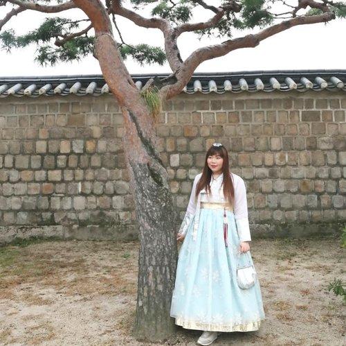 Sometimes i feel like a Princess, sometimes i feel like a zombie. Okay, i am a zombie 90% of the time, whatever 😕Check out more photos on my blog : http://bit.ly/hanbokinpalace#hanbok #onedayhanbok #hanbokexperience#pinkinkorea #pinkinsouthkorea  #seol #korea #southkorea #gyeongbokgung #clozetteid #sbybeautyblogger #beautynesiamember #bloggerceria #influencer #beautyinfluencer #jalanjalan #wanderlust #blogger #bbloggerid #beautyblogger #indonesianblogger #surabayablogger #travelblogger #koreantraditionaldress #girl #asian  #surabayabeautyblogger #travelblogger #girlygirl #pinkinseoul