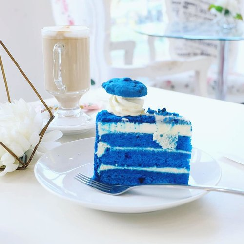 Blue velvet that is definitely big enough to be shared by 3.. i think it's pretty nice! Just not something that i can eat a lot of (then again i cannot eat a lot of sweets in general 😋). And oh, the pic is pretty because @deuxcarls took it 🤣. #bluevelvet #cake #dessert #yummy #bluecake  #blogger #lifestyle #lifestyleblogger #indonesianblogger  #indonesianlifestyleblogger #beautynesiamember #clozetteid  #sbybeautyblogger #bloggerceria  #influencer #cafe #surabaya #surabayacafe #cafesurabaya  #beautynesiamember #surabayablogger  #culinary  #surabayainfluencer #influencersurabaya #lafreya #lafreyasurabaya #instacake #cakeofinstagram #cakery