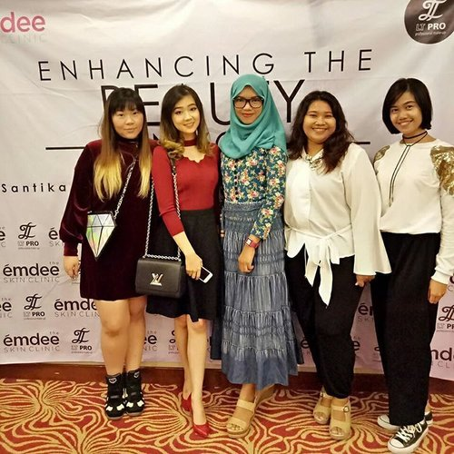 Having fun attending @emdeeclinic and @ltpro_official event right now!  Learning more and more about skin health, beauty and makeup application!  Please ignore my pale face, even more enhanced because i stood next to @cynthiansunartio who already wore full makeup 😐  #emdeemakeupclass #emdeeclinicmakeupclass #beautydemo #treatmentdemo #makeupclass #emdee #emdeeclinic #ltpro #eddyrizaldy #eddyrizaldymakeupclass #clozetteid #clozettesurabaya #event #surabaya #surabayaevent #beautyevent #blogger #bblogger #beautyblogger #bbloggerid #sbybeautyblogger #indonesianblogger #indonesianbeautyblogger #surabayablogger #surabayabeautyblogger #girls #eventsurabaya