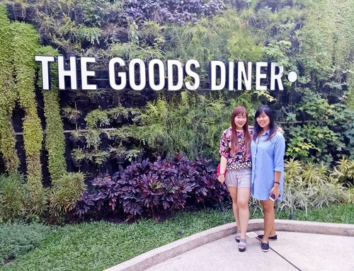 Finally reunited with miss Rempong 😄😄😄 #cousins #girls #ladies #family #hangout #thegoodsdiner #thegoodsdinersby #thegoodsdinersurabaya #cafe #surabayacafe #cafesurabaya #hangout #catchup #clozetteid #clozettedaily #sbybeautyblogger #lifestyle #asian #bloggerceria #bloggerceriaid #ootd #ootdid #ootdindo #casualday #casualfashion #floral #indonesianblogger #surabaya #surabayablogger #influencer