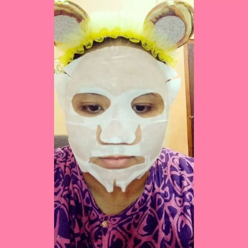 Selamat malam sobat cantikku! Hari ini aku mau maskeran dulu sebelum bobok cancik... 😊  Masker yang pakai ini adalah Style Follow Caviar Essential Mask yang dikirimin sama @0.8l_indonesia & @stylefollow.id 👍 (makasih!! 😘). Ini sheet mask yang mengandung Nutrisi Caviar (Telur ikan) yang berfungsi memberikan energi pada kulit wajah, menenangkan kulit yang lelah & melembabkan sehingga kulit wajah jadi lebih sehat & cerah.  Cara pakainya seperti sheet mask pada umumnya ya gengs & sheet masknya itu tebal jadi nggak takut sobek, pas dimuka jadi nggak kekecilan atau kebesaran, & essence-nya tidak terlalu banyak juga jadi ga bleberan kemana-mana.  Buat yang mau beli kalian bisa cek @shopee_id di Official Storenya @stylefollow.id .  GOOD NIGHT 🌛  Lafff yuuu😚  #nightskincare #nightcareroutine #maskeran #maskerwajah #sheetmask #stylefollow (( That Day by Jeff 🎵🎶🎹 )) #socoid #bloggerindonesia #bloggerperempuan #bloggersolo #bloggerboyolali #beautynesiablogger #clozetteid #indonesianfemaleblogger  #beautiesquad #emak2blogger #indonesiabeautyblogger #indonesianbeautyblogger #kbbvmember  #indonesiafemaleblogger  #sociollabloggernetwork  #indonesianbeautybloggers #mombloggercommunity #bloggirlsid #smartbeautycom #BeautyCollabID  #beautybloggerindonesia #beautysocietyid #itsbeautycom #BVloggersJateng