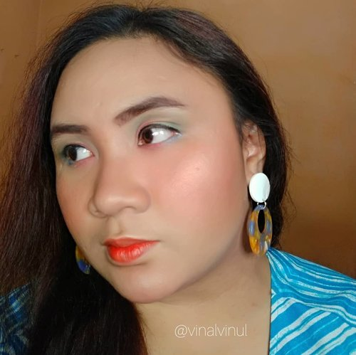 Ini adalah detail Summer Makeup aku saat berkolaborasi dengan @beautyranger.id  Mohon maaf eyemakeup aku memang belum serapi itu genks 😁 ini cerita iseng cobain & nyampur warna-warna summer saja. 💛 Eyeshadow @viva.cosmetics 💚 Eyebrow @imploracosmetics + @purbasarimakeupid ♥️ Lip @eminacosmetics Lip Tint Sunglow. 💘 Highlighter @thebalmid 💙 Contour Bronzer @pixycosmetics  Thank you semua. Selamat pagi 😍 #summermakeup #makeupsummer #makeup #makeuplook #makeupideas #makeuplife #makeuptime #makeupoftheday #makeupaddict #makeupjunkie #makeuplover #makeupblogger #makeuponfleek #indonesia #cantikindonesia #inspirasimakeup #inspirationmakeup #clozetteid