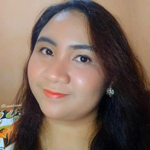Kemarin banyak yang tanya detail lip makeup & complexion yang aku pakai untuk recreate look dari @socun89 ini. Aku cuma pakai beberapa produk saja yaitu 🍩 LIPEN : @beautytreatscosmetic Lip Balm Mint + @eminacosmetics Magic Potion Sunglow 02 🍩 PRIMER : @langsre.id Peach Whitening Power Cream + @eminacosmetics Pore Ranger 🍩 FOUNDIE : @pixycosmetics BB Cream Beige + @purbasarimakeupid Alas Bedak Sawo Matang & masing-masing cuma 1/2 tetes 😱Aku memang cuma pakai 1 tetes doang agar hasilnya lebih natural, tidak dempul & harus rata semuka, its so hard genkss!! 😱 Thats why aku selalu bilang ini kelihatannya simple tapi prosesnya tidak sesimple yang terlihat 😂 #koreanmakeup #koreanmakeuplook #koreanlook #koreanlookmakeup #koreanstyle #simplemakeup #simplelook #freshmakeup #freshmakeuplook #lavinamakeup #clozetteid #makeuplavina