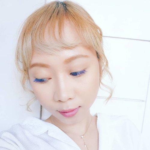 Blue eyelashes agar tidak boring 😉 di @hysbeautyart gak bikin bulu mata asli jd rontok. Ini ke-2 kalinya aku coba eyelash extension berwarna 👍👍 ketagihan!! . . #eyelashesextension #makeup #blondehair #radenayublog #Clozetteid #eyelashes #blueeyelashes #makeuplook #beautyblogger
