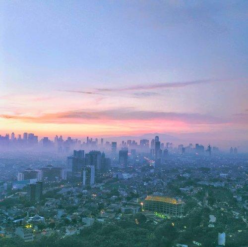Subuh tadi dari jendela, terlalu sayang kalo gak di share 💙anyways, besok weekend guys 💃..#jakarta #jakarta_daily #sky #clozetteid #friday