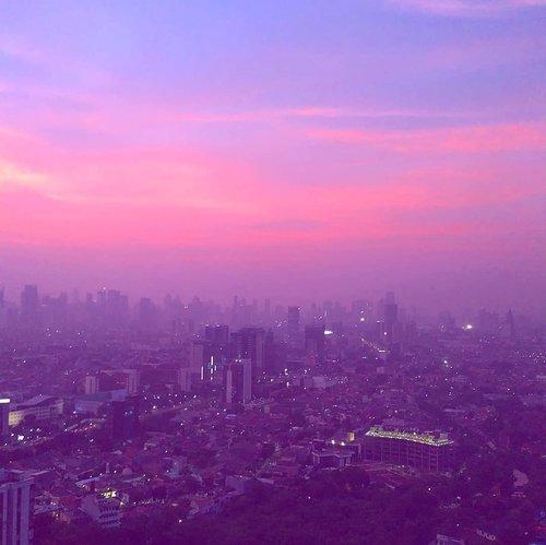 Earlier this year, sebelum langit abu2 menyerang🌆🌌🏙️..#jakarta #sunrise #sky #radenayublog #Clozetteid #photography
