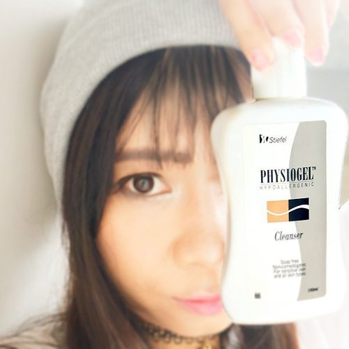 My current favorite cleanser from Physiogel😳 First, using a cotton, swipe all them dirt on face 😁 then with water mix the cleanser and rub gently 😄 After that, rinse the whole face with water 😉 Physiogel is perfect for dry and sensitive skin (without any detergent, colourants and preservatives) 👍👍👍 I've been using this for a month and it helps reduce my acne 👏👏👏 Full review soon on my blog, stay tuned 😘 #MyDrySensitiveSkin #Physiogel #Beautyblogger #clozetteid #imaginarymi #skincare #cleanser #cotw