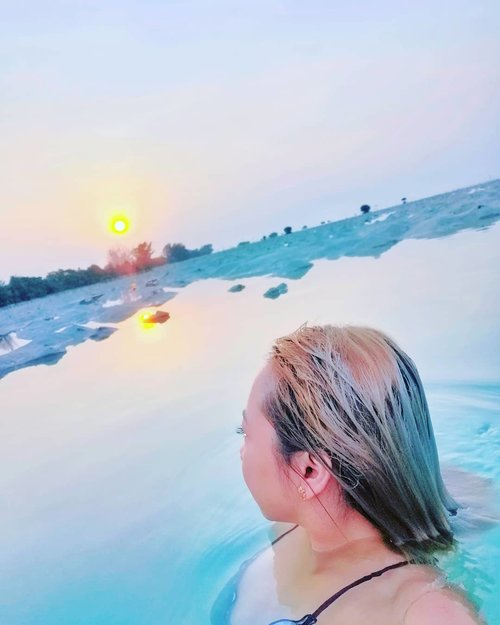 Ngeliat sunrise sambil berenang bareng ikan kecil sama kepiting 🌅😭❤️best weekend ever!!..#radenayublog #radenbizarreadventure #Clozetteid #beach #pulaupari #pulauseribu #jakarta #Clozetteid #sunrise #ocean #sea