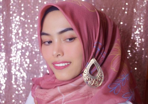 Halo guys! Ini Natural Glowing Make up Ramadhan Ala aku menggunakan @pixycosmetics ✨Details :- PIXY Make It Glow Beauty Skin Primer- PIXY Make It Glow Dewy Cushion - 201 Neutral Beige- PIXY Make It Glow Silky Powdery Cake - 101 Light Beige- PIXY Twin Blush Pretty Plum- PIXY Tint Me On Pink- PIXY Line & Shadow- PIXY Eye Brow CrayonNah, buat kamu yang mau bikin Natural Glowing Make Up Look juga dengan produk @pixycosmetics ini, aku ada penawaran menarik nih! Just click a link on my bio ya 😉#PixyMakeItGlow @pixycosmetics @beautyjournal