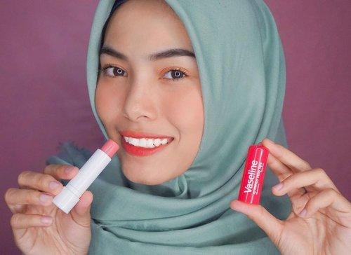 Vaseline Lip Therapy (Stick) terbuat dari Petroleum Jelly dan Vitamin E. Produk ini benar-benar bisa melembabkan, menyehatkan, dan mengenyalkan bibir seperti jelly. Untuk Vaseline Lip Therapy (Stick) ini ada 4 varian yaitu Rosy Lips, Aloe Vera, Cocoa Butter, dan Original.Vaseline Lip Therapy (Stick) ini sudah terkenal di Korea dan sekarang juga available di Indonesia. Untuk yang mau coba, produk ini bisa kalian beli di Alfamart, toko terdekat, atau E-commerce favorit kalian ya ✨@vaselineid #VaselineOnTheGo #VaselineLipstick #JellyLips #Mosturize #PetroleumJelly #VaselineXBeautyJournal