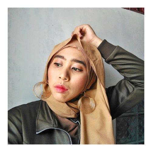 Asik! ⠀Dandan mulai asik, gak usah ribet ngukir alis 😎. ⠀⠀Produk yang digunakan :⠀⠀Foundation PAC⠀Loose Powder Viva Queen ⠀Magic Palette by Avione X Inivindy⠀Lip and Cheek Fanbo Cosmetics⠀⠀⠀#clozetteID ⠀#pac_mt #vivaqueen⠀#magicpalette #Fanbocosmetics⠀⠀#beautiesquad⠀#beautyranger⠀#beautyblogger #alistebal #makeuptanpacukuralis #makeupbukber