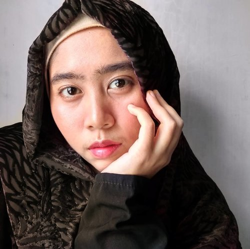 "Siang, sisters!!!…Siang ini makan apa?Makan yang sehat ya, hari jumat masih jauh. Menunggu itu ngabisin banyak tenaga.…Masih ada aja ya orang yang biasa bilang ""gak perlu pake makeup, natural aja, pake air wudhu aja"". YAKIN??? Cobain deh sekali aja pas keluar rumah pake lipstik warna pink kalem. Pasti ketagihan!…Makeup ""tipis"" kaya gini super gampang kok sisters. …Pake produk:° @laneigeid BB Cushion Pore Control° @milanicosmetics 2in1 Foundation + concealer° @fanbocosmetics Blush On dan Ultra Satin Lipstick (nomor 6+7)° @inezcosmetics (eyeshadow palette) buat Blush dan highlighter …#Beautiesquad#BeautyRanger #BeautyGoersID #kbbvmember #indobeautysquad #beautybloggerindonesia …#naturalmakeuplook#naturaleyebrows#dailymakeuplook #makeupformoms #simplemakeuplooks #cantikitunatural (🤔)#Clozetteid #ragamkecantikan #makeuphijabnatural"