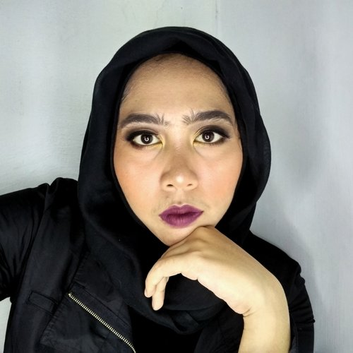 """<div class=""""photoCaption"""">bold makeup</div>"""
