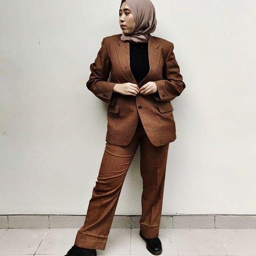 Men suit lungsuran ini punya bapak. Bisa pas kepake anaknya.  Umur jas dan celana ini setahun lebuh tua dari aku.  Tidak diperkecil dan tidak diperbesar ukurannya. Wow, berarti dulu bapakku badannya se aku diumurnya yang sudah 34 tahun. Nah, jadi ngitung umur.   Ada yang suka sama baju lungsuran juga?   #ootd #clozetteID  #beautywear  #hijabwear #hijabfab  #docmartens #suit #hijabsuit