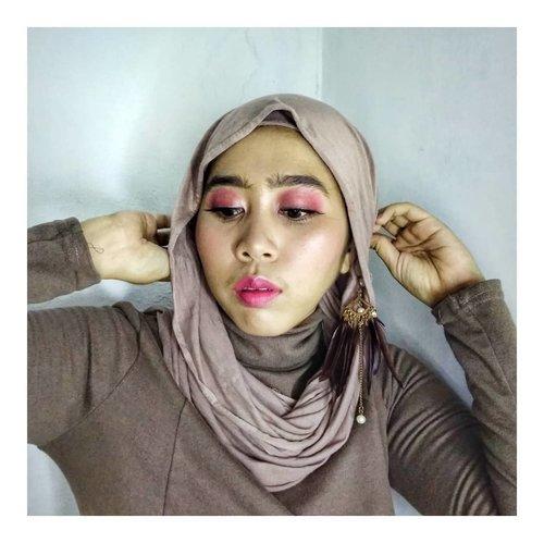 "Hai Sisters!!!! ⠀⠀Ini adalah look yang aku buat dari video sebelumnya. Gimana? Muka ku udah cukup ""bikin pengen ngeplak"" belum? 😂😂😂⠀⠀⠀Produk:⠀⠀@MobCosmetics Pro Brow Sculptor⠀@CityColor Hypnotic Eyeshadow Palette⠀@ShuUemura Petal Skin Foundation ⠀@VivaCosmetics Loose Powder⠀@FanboCosmetics Blush On, Ultra Satin Lipcream, Beauty Blender New Shape⠀⠀⠀⠀#freshmakeup #pinkmakeuplook #makeupforbeginners #simplemakeup #naturalmakeup #tampilcantik #fanbocosmetics #vivacosmetics #shuuemura #mobcosmetics⠀⠀⠀#hijabersponorogo #bloggerponorogo #clozetteid"