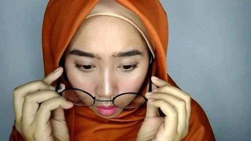 Awalnya pengen bikin, Korean Makeup Look. Tapi ya wajah 100% Jowo ini gak bisa nyerempet ke Korea sedikitpun. Jenis mekap ini, ternyata bukan untukku 🙏🙏..Produk:• @purbasarimakeupid Alas Bedak Natural & Sawo Matang dan Eyeshadow trio no. 05• @latulipecosmetiques_ Contour Kit Medium• @ltpro_official Eyebrow Cream Ebony• @viva.cosmetics Perfection Loose Powder Beige• @fanbocosmetics Blush On 01• @f2f.cosmetics Matte Lipstick 09 Carrot Cake• LTPro Longlast Lipcream 04• @raneecosmetic.official Beauty Sponge...#beautygram #beautiesquad #indomakeupsquad #indobeautysquad #setterspace #bunnyneedsmakeup #teambvid #bvloggerid #beautylosophy #clozetteid #beautybloggerindonesia #ponorogohits #beautygramindonesia #koreanmakeup #effortlessmakeup #makeupkantor