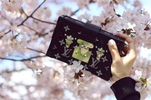 "<div class=""photoCaption"">FIRST SIGNS OF SAKURA! And an other deal shot from my lovely LV bag : <a href=""http://jenniferbachdim.com/2015/04/26/first-signs-of-sakura/"" class=""pink-url""  target=""_blank""  rel=""nofollow"" title=""http://jenniferbachdim.com/2015/04/26/first-signs-of-sakura/"">http://jenniferbachdim.com/2015/04/26/first-signs-of-sakura/</a>  <a class=""pink-url"" target=""_blank"" href=""http://m.clozette.co.id/search/query?term=LouisVuitton&siteseach=Submit"">#LouisVuitton</a>  <a class=""pink-url"" target=""_blank"" href=""http://m.clozette.co.id/search/query?term=PetiteMalle&siteseach=Submit"">#PetiteMalle</a></div>"