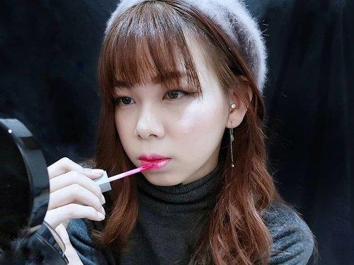 """<div class=""""photoCaption"""">Selain lipstick & lip cream,  Ini dia liptint favorit aku dari @romandyou 💄<br /> Juicy lasting tint in shades Dragon pink<br /> .<br /> .<br /> .<br /> .<br /> Liptint yang pigmented namun teksturnya ringan dibibir tidak membuat bibir menjadi kering dan lebih tahan lama dari liptint pada umum nya. <br /> Nah pilihan aku untuk juicy lasting tint ini adalah dragon pink karna dari kemarin lagi suka warna merah dan menurut aku juicy lasting tint in dragon pink shades tuh warna pink nya natural banget di bibir ❤ cocok digunakan untuk everyday makeup .<br /> .<br /> Very recommended buat yang lagi nyari liptint dari rom&nd atau korea yang oke dan tahan lama nih! Kalian bisa order di @charis_indonesia Menggunakan link yang ada di bio ig aku untuk mendapatkan promo menarik dari charis 😍<br /> Happy shopping! 🛍<br />  <a class=""""pink-url"""" target=""""_blank"""" href=""""http://m.clozette.co.id/search/query?term=charis&siteseach=Submit"""">#charis</a>  <a class=""""pink-url"""" target=""""_blank"""" href=""""http://m.clozette.co.id/search/query?term=CharisCeleb&siteseach=Submit"""">#CharisCeleb</a>  <a class=""""pink-url"""" target=""""_blank"""" href=""""http://m.clozette.co.id/search/query?term=romandjuicylastingtint&siteseach=Submit"""">#romandjuicylastingtint</a>  <a class=""""pink-url"""" target=""""_blank"""" href=""""http://m.clozette.co.id/search/query?term=juicylastingtint&siteseach=Submit"""">#juicylastingtint</a>  <a class=""""pink-url"""" target=""""_blank"""" href=""""http://m.clozette.co.id/search/query?term=romand&siteseach=Submit"""">#romand</a>  <a class=""""pink-url"""" target=""""_blank"""" href=""""http://m.clozette.co.id/search/query?term=jennifermarcellinadotcom&siteseach=Submit"""">#jennifermarcellinadotcom</a>  <a class=""""pink-url"""" target=""""_blank"""" href=""""http://m.clozette.co.id/search/query?term=jennysbeautyreview&siteseach=Submit"""">#jennysbeautyreview</a>  <a class=""""pink-url"""" target=""""_blank"""" href=""""http://m.clozette.co.id/search/query?term=motd&siteseach=Submit"""">#motd</a>  <a class=""""pink-url"""" target=""""_blank"""" href=""""http://m.clozett"""
