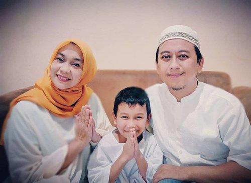 """Ramadan telah berakhir,  kesempatan memupuk pahala dengan beribadah di bulan penuh berkah ini pun usai. .Namun biarkanlah semangat Ramadan ini tetap ada dihati, sebagai motivasi mengejar pahala dalam beribadah kepada-Nya. Semoga kita dapat berjumpa kembali dengan Ramadan lainnya..Taqabbalallahuminna wa minkum """"Semoga Allah menerima amal kami dan kalian""""....#IdulFitri #IedMubarak #1441H#clozetteid"""
