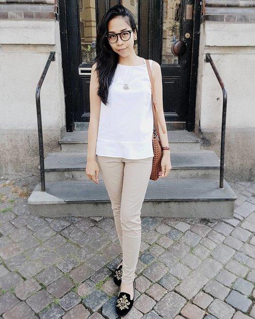 White top and chinos is perfect! 😄😍 . . . . . . . . . #ootd #ootdindo #momootd #momwithstyle #mamaswithstyle #momblogger #momlife #mommylife #mommyblogger #ibuibu #ibumuda #mahmud #ibuibublogger #blogger #lifestyleblogger #chinos #fashionblogger #blogger #vlogger #outfitoftheday #clozetteid #fashion #stylelikeamother #indonestyle