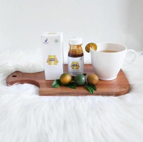 Assalamu'alaikum...Apa kabar semuanya? Semoga keluarga kita selalu dalam lindungan Allah. SWT. AamiinAlhamdulillah ya siang ini cerah sekali.. Aku mau share nih minuman segar dan sehat favorit keluarga yg cocok untuk pagi siang dan malam.. Apa itu? Lime honey tea.. Resep : 2 sdt madu (aku pakai @azzahra.honeypremium )1 buah jeruk nipis/lemon (kebetulan aku pakai jeruk cui hasil panen dr halaman)Air secukupnyaKalau siang hari seperti sekarang bisa pakai air es dan kl pagi atau malam hari bisa pakai air hangat (sesuai selera)Silahkan dicoba ya moms.. #limehoneytea #socialdistancing#dirumahaja #resepminuman #momacademy #momacademytangerang #sahabatronaxmomacademy #clozetteid