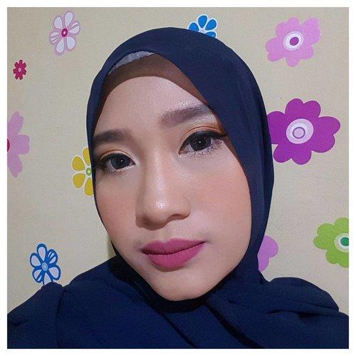 "#Makeup KONDANGAN kali ini Recreate 'Glamour Summer Makeup Look' ala @luluelhasbu using @wardahbeauty One Brand dengan sedikit modifikasi karena keterbatasan produk 😂 . . Details : - Sun Care Sunscreen Gel - Everyday BB Cream ""light"" - Everyday Luminous Face Powder ""natural"" - Liquid Foundation ""natural"" pengganti concealer mata panda 😩 - Blush on D pengganti shading hidung juga 😆 . - Eyeshadow A Series - Eyeshadow N Series pengganti Eyeliner Pencil White - EyeXpert Matic Brow Pencil (Deep Grey) - EyeXpert Optimum Hi-Black Liner - Perfect Curl Mascara . - Exclusive Matte Lip Cream ""See You Latte"" utk base Lipstick (Apply tipis aja) - Intense Matte Lipstick ""Choco Town"" utk layer lipstick kedua - Exclusive Matte Lip Cream ""Pinkcredible"" utk layer lipstick ketiga . . #MOTD #beauty #wardahbeauty #cantikdarihati #clozetteid #localbrand"