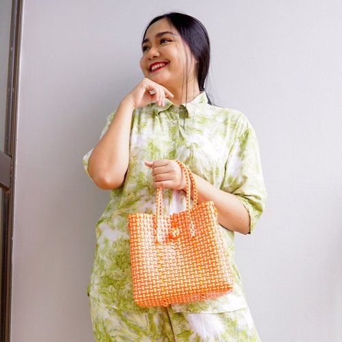 Little tips to lift Up your Mood is wear brighter color💛💛💛 . . 💛 Randhu Set @__merahmuda 💛 Cute Marno Pasar Bag @whatpixiesees . . I know this New Normal feels like everyday is weekend. But lets appreciate every little things in life..and be thankful for another day to live😘 . . #ceritaperjalananicha #positivevibes #thoughts #outfitoftheday #ootd #potd #stayathome #clozetteid