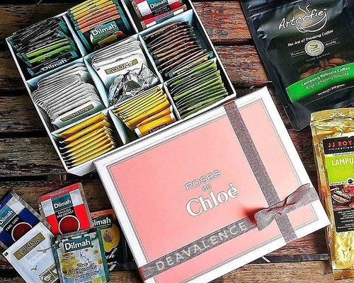 It's not always for make up. Few months ago I recycled Chloe Gift Box into a Teabag Organizer. How can I throw away such a pretty box like that? The dividers made from cardboard wrapped with blue artpaper. . . . #clozetteid #clozettestar #makeupmess #makeupjunkie #makeupaddict #makeuphoarder #makeuplover #beautyjunkie #indonesianbeautyblogger #fdbeauty #luxurymakeup #highendmakeup #bloggerindonesia #bloggerkediri #bloggersurabaya #diy #doityourself #diyorganizer #kitchenorganization #diytips #diyidea