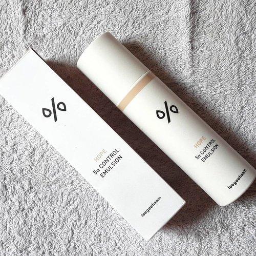 Finding right moisturizer might be difficult, but trust me they wont betray youㅡLately, I use this moisturizer because I love how it works on my oily skin. 축축.ㅡ#asianbeautycommunity #abcommunity #clozette #clozetteid #oilyskin #troubledskin #leegeeham #koreanskincare #hope #kbeauty #beautyenthuasiast #beautyguru