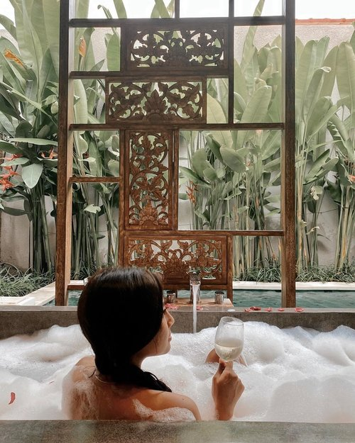 Relax everyone, weekend is coming🥰🍃........#clozetteid #bathtub #bubble #bubblebath #chill #relax #weekendvibes #weekend #bali #island #tropical #friday #tgif #bathtubgoals #bathtime #luxury #luxurylifestyle #instalove #instagood #instadaily #instamood #instatravel
