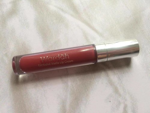 """I once underestimated @wardahbeauty Exclusive Matte Lip Cream because the first batch shade was boring. Then they launched new shades and I fell in love with """"Plump it Up"""" after @lippielust swatching it. Now it's one of my favorite shade. Read the review, link on bio. . . . #WardahYouniverse #wardahlipcream #lipstickjunkie #lipstickaddict #clozetteID #fdbeauty #lipsticklover"""