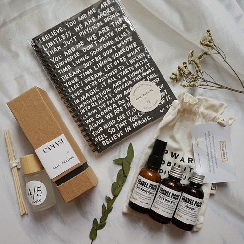 How @chicanddarling spoiled their guests last week! All the goodness in a paperbag ✨ . . . #thedarlingjourney #magical5th #chicanddarling #homedecor #homegoods #camanihome #goodvibesorganics #organicskincare #flatlay #clozetteid