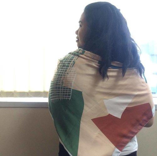 #ootd KASIH scarf for Casual Friday! 🍃 📷@johanlewi_ . . . #hijabenkaxchicanddarling #chicanddarling #hijabenka #dailyessentials #clozetteID