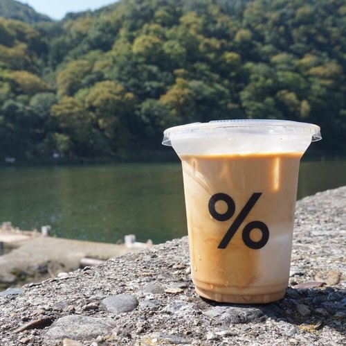 Jujur, itinerary utama ke Kyoto cuma mau jajan @arabica.journal Iced Cafe Latte di outlet Arashiyama. Semua gara-gara @alodita yang bikin saya virtually in love with the concept. Ngopi santuy di pinggir Hozu-gawa River yang aesthetic. Apa daya, cuaca Kyoto terik banget, keringet beneran segede biji jagung. Jadilah ngopi sambil payungan dan makan pastries._Apakah lanjut ke Arashiyama Bamboo Forest? Tentu tidak! Lanjut balik ke hotel dan nggak ke mana-mana lagi sampai besok check out, ke Kyoto Station, check in di Piece Hostel demi nunggu Willer Express Bus menuju ke Tokyo ☕️...#wyntraveldiary #arabicajournal #percentarabica #arabicaarashiyama #explorekyoto #travelgram #wheninjapan #clozetteid #arashiyama #arabicakyoto #