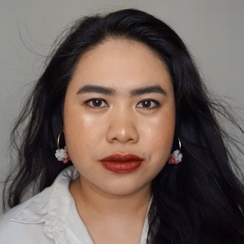 Try to look fierce while wearing red lipstick @makeoverid Powerstay Velvet Waterlite Lip Stain in KISS BANG. The color is quite unique, the liquid is brick red but the application makes it more blue toned red. But I have 4 ways to wear this suprisingly comfortable lip stain: full application, 2x blotting with tissue, ombré lips with Make Over Intense Matte Lip Cream in POMPOUS as base, and inner lips only (slide 2). Let's have fun with your Make Over Powerstay Velvet Waterlite Lip Stain! Read more about the review on my blog, as usual link on bio 💋...#mrshidayahpost #mrshidayahreview #makeoverid #makeovernewbae #clozetteid #makeoverlipstain #lipstickjunkie #lipstickreview #perfectpout #redlipstick