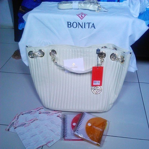 Dear @clozetteid terima kasih hadiah dari kontes Social Beat Race sudah diterima dengan selamat. What a beautiful bag. Love it. Once again thank you so much dear :) #gift from #ClozetteID #Bonitabag #branded #white #beautiful #awesome #amazing #happy #thankyou #smile #instashoot #instagram #instaupload