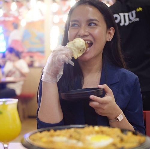 Haiii Food Lovers !!! apalagi buat klen yang #cheeselovers . . . Gajian sih enaknya melangkah langsung ke @ojju.indo 😸, dan disini aku cobain Rolling Cheese Drumstick par par sih nendang banget chickennya bener bener lembut dan juicy apalagi baluran kejunya mozarella beh + Korean Fried Rice . . Porsinya buanyak menurut ku pas buat ber3-4 orang. . . . - Price Rolling Chicken : Rp 149.900 - Price K. Fried Rice : Rp 29.900 - ⭐️ 8/10 - 📍@centralpark lt LG . . . #koreanfood #ojjuindo #ojjuindonesia #kulinerjakarta #kulinerjakartabarat #indozonefood #foodblogger #streetfood #indonesiajuarakuliner #jktfoodbang #destinasijajan #jktfoodies #jakartafoodblogger #chickencheese #9gagnomnom #ojjukfood #foodgasm #foodie #clozetteid #clozette #jakartaculinary