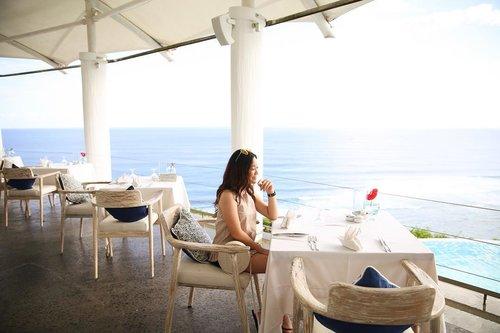 Missing this view... 🌊☀️ . . . . . _ #travel #traveler #bali #balinese #balibabe #beachbabe #travelbali #explorebali #exploreindonesia #travelindonesia #karmakandara #karmabeach #summer #beachdays #beachhopping #cannonphotography #canonindonesia #canon6d #cafe #balicoffee #balicafe #clozetteid