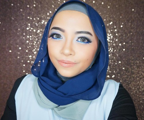Blue is never my color. Tapi sekali-kali pengen nyoba warna beda untuk mendobrak diri sendiri. *naon* 😂 Terus mumpung dikasih jilbab two tone ini dari @xoxobytya, ya udalah bikin! 💙•Ternyata nggak pede. Baru setengah jalan tadi udah pengen hapus aja karena kulit aku memang warm undertone banget jadi dipakein biru kaya maksa banget 😭•Cuma aku kan anaknya pantang menyerah jadi ya udah diberesin deh. Not that bad, tapi tetep ga suka 😂 Ditambah pink dikiittt banget di kelopak biar hepi 😂 •Details:BB cream: Rimmel Stay MatteConcealer & Corrector: The Saem & Make OverSetting Powder: Make Over Translucent PowderEyebrow: NYX Eyebrow Cake PowderEye Primer: NYX Jumbo Eye Pencil in MilkEyeshadow: BH Cosmetics Party Girl After HourEyeliner: L'oreal Superstar + NYX Studio Liquid Liner in Blue Eyelash: Dissy nomer berapa ga tauContour & Highlight: Sleek Contour KitBlush: Witch's Pouch Love Me Blushed in Sweet CoralLip: Purbasari Matte no 90 + LA Splash in Innocent Vixen•#clozetteid #makeup #beauty #hijab #indobeautygram #beautybloggerindonesia #bluemakeup