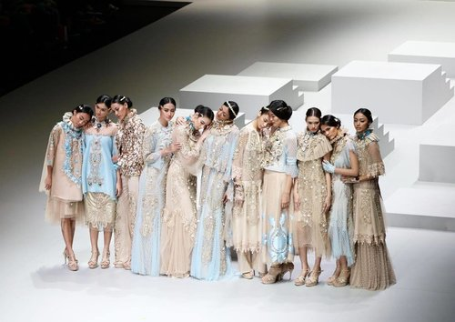 What a breathtaking collection from @malikmoestaram !! As dreamy as it seems, as fairy as it feels, beautiful beyond words. A collaboration with @wardahbeauty for @indonesiafashionweekofficial #IFW2017 last night. | 📸 @chrismanlim #chrislimphotography #indonesiafashionweek2017 #clozetteid #fashiondesigner #indonesiadesigner #fashionshow