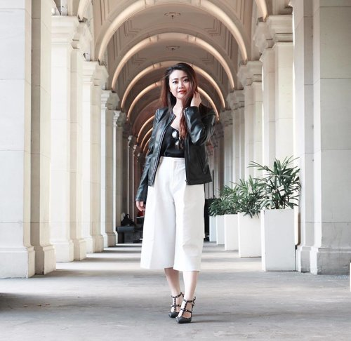 Happy Friday! Can't wait to see my baby @sienlnatalia 's wedding day, flying off to Surabaya tomorrow! ✈️ ✈️ A quick snapped on my last short visit in Melbourne. Walking around in @zara jacket, @hm top, @theeditorsmarket white cullote and @maisonvalentino nero heels ! ❤️❤️📸 by @chrismanlim #chrislimphotography