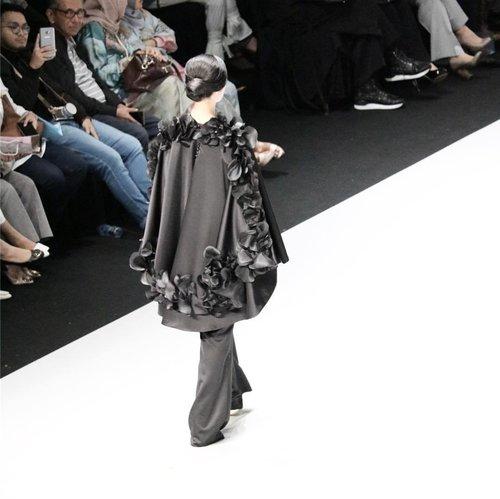 Details that matter! Bravo @barliasmara x @wardahbeauty at @indonesiafashionweekofficial for #wardahyouniverse ! 📸 @chrismanlim #chrislimphotography #indonesiandesigner #indonesiafashionweek2017 #ifw2017 #fashiondesigner #fashionshow #clozetteid